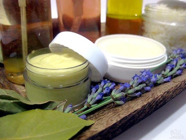 Detalle de crema hidratante facial que se elabora en el curso de cosmética natural Oh!Jabón