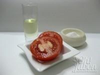 Prepara los ingredientes: tomate maduro, sal y aceite de almendras dulces.