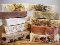 Jabones artesanales: caléndula, chocolate, sal del Himalaya, avena, café, romero, arcilla verde, lavanda, arcilla roja y rosa mosqueta.