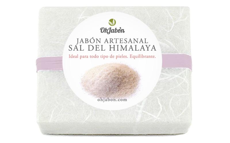 Jabón artesanal de sal del Himalaya, en su envoltorio y desnudo.