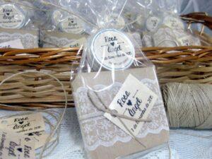 Jabón artesanal y bálsamo labial detalles de boda de Rosa y Ángel