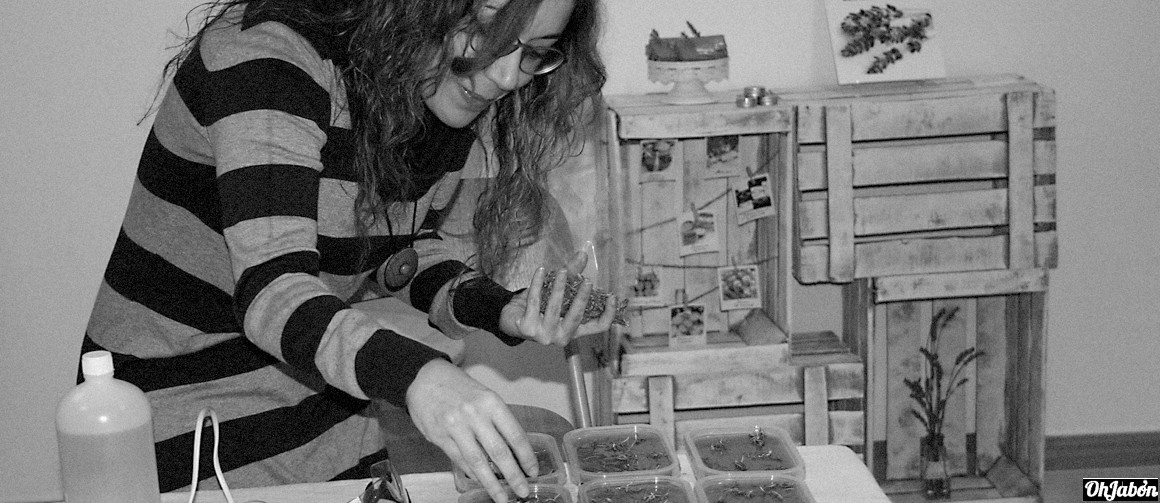 Alumna en el taller de jabones artesanales